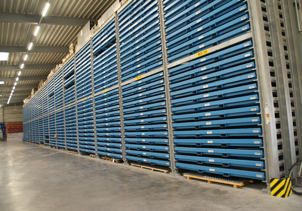 Rack row of cassette rack for storing metal sheets, sheet metal storage system