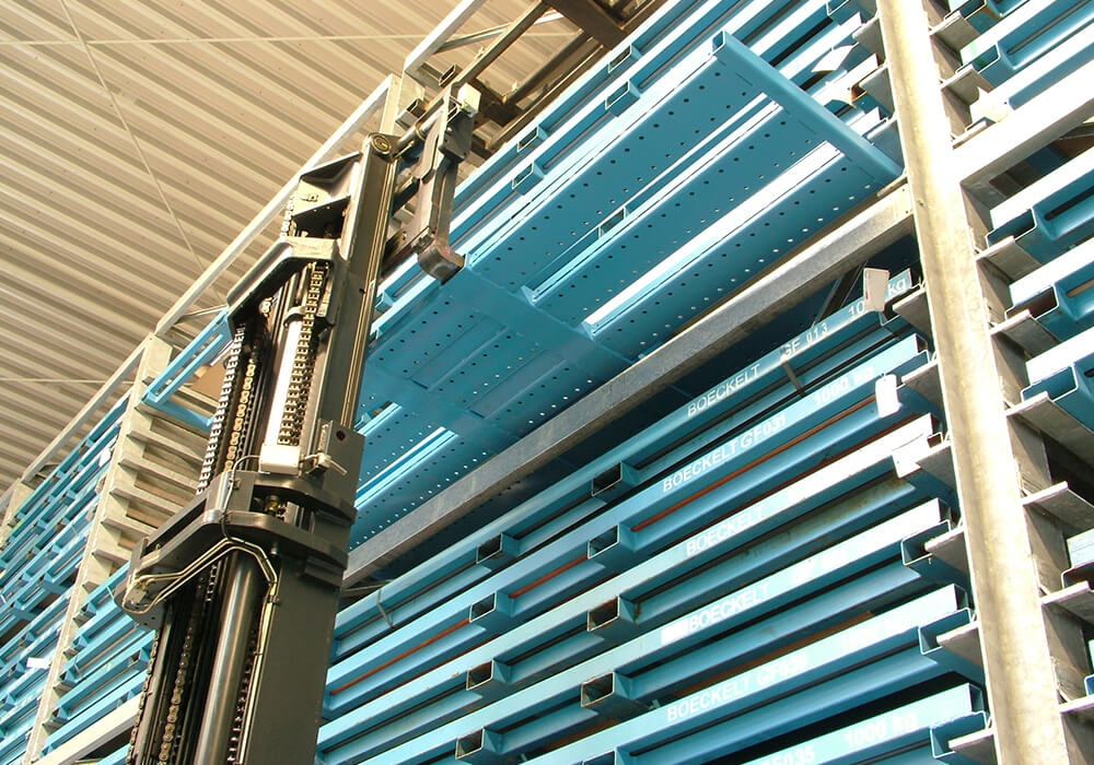 The steel pallets with sheet metal plates are stored safely in the heavy duty rack for metal sheet packages.