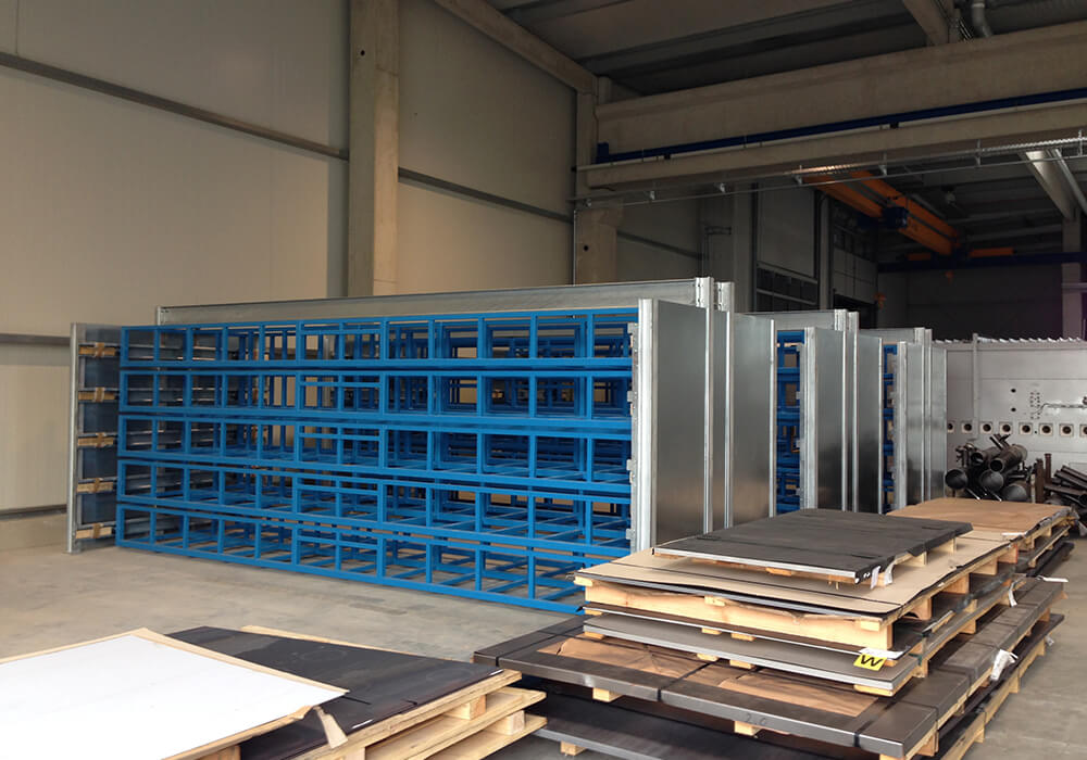 Long goods storage system divided into 3 racks, easily expandable