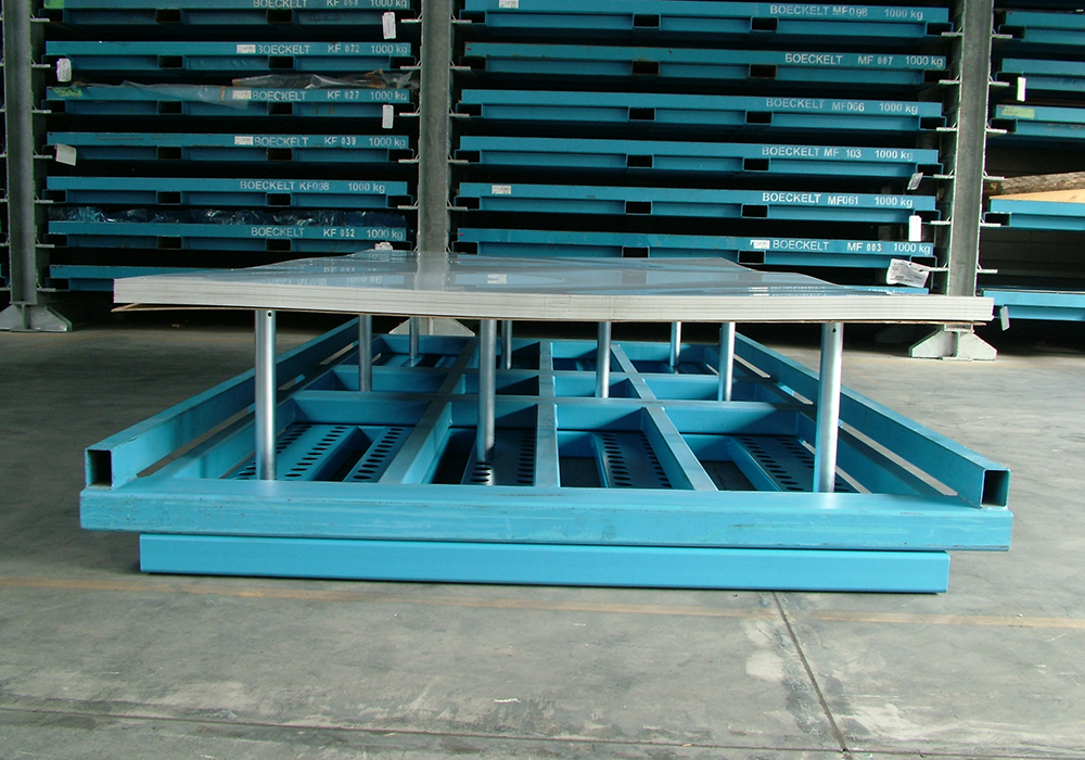 Storing metal sheet package, depalletised in sheet metal storage system, sheet metal storage cassettes